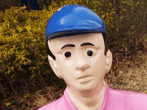勝負服を着た騎手のお人形顔