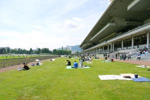 札幌競馬場のスタンド前
