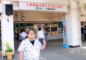 入口に立つ江戸川氏