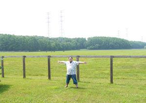 社台SSの草原に立つ江戸川氏