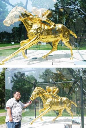 金のフサイチペガサス像